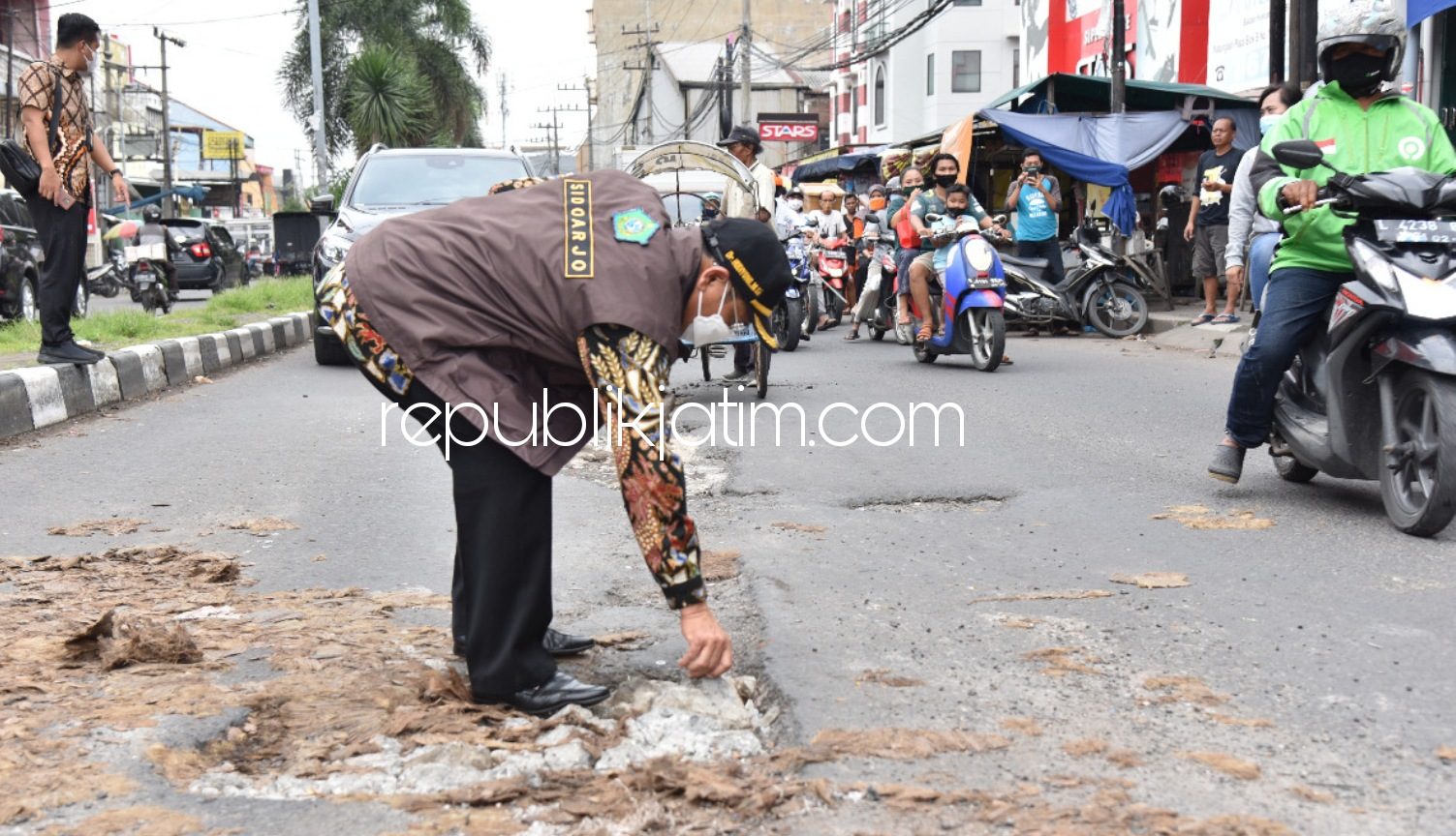 Jalan Rusak di Depan Pasar Wadungasri Dibiarkan, Pj Bupati Ancam Copot Plt Kepala Dinas PU Sidoarjo
