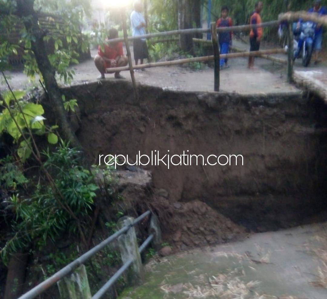 Jembatan Antar Dusun di Ponorogo Ambruk Diterjang Banjir, Warga Terpaksa Bangun Jembatan Bambu