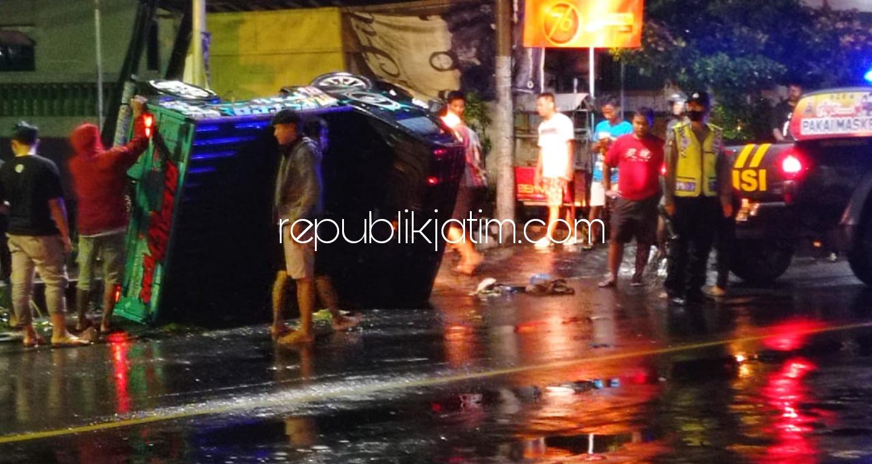 Terobos Lampu Merah, Pikup Tabrak Scoopy hingga Terbalik di Perempatan Jetis Ponorogo, Dua Terluka