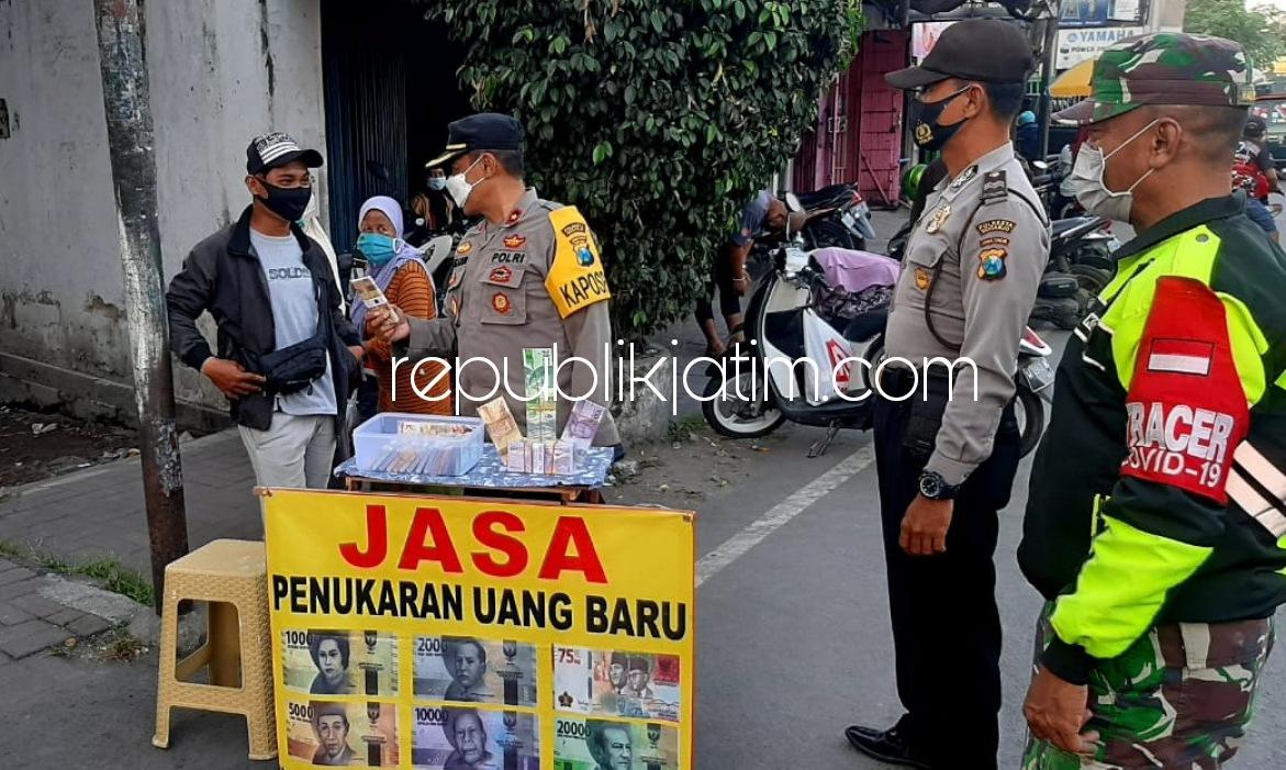 Petugas Gabungan Razia Jasa Penukaran Uang Baru di Depan Pasar Krian