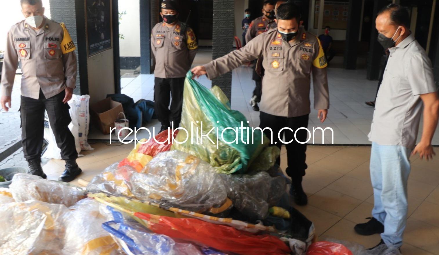 Berburu, Kapolres Ponorogo Amankan Belasan Balon Udara Raksasa Dilengkapi Ratusan Petasan