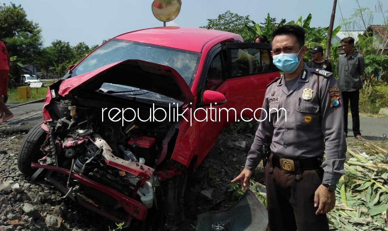 Terlanjur Naik Perlintasan Kedungsugo, Mobil Daihatsu Sigra Milik Warga Dlanggu Ditabrak KA Jenggala