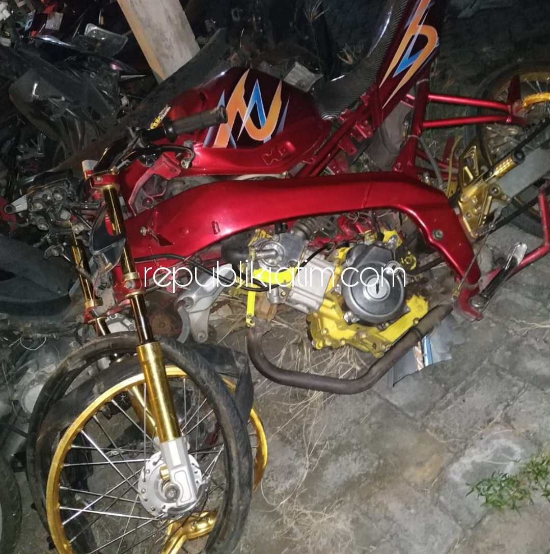Dua Motor Adu Moncong di JL Raya Singogalih Tarik, Dua Pengendara Terluka Dilarikan Rumah Sakit