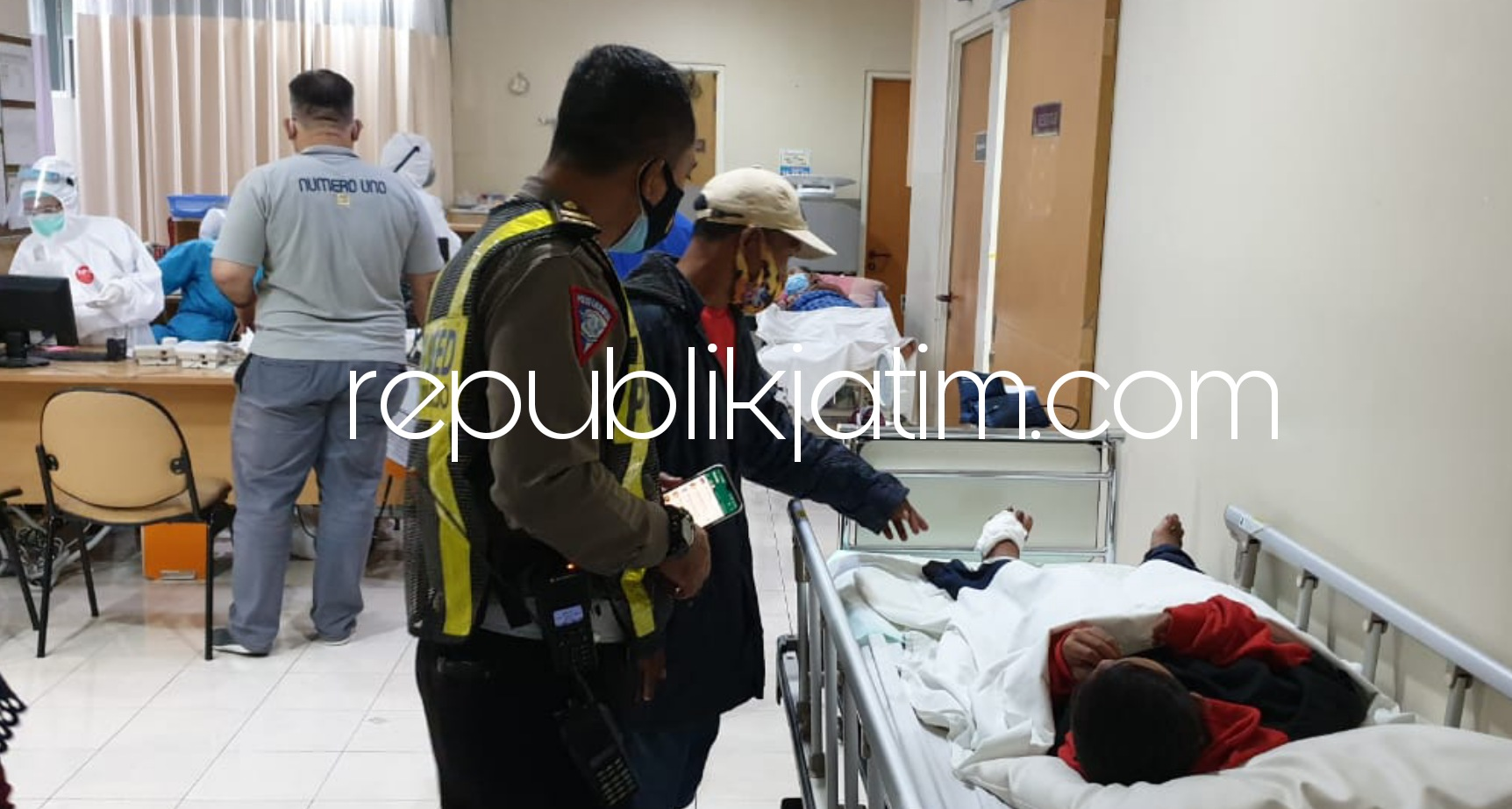 Tabrakan Beruntun, Truk Box Tabrak 11 Motor dan 5 Mobil di JL Raya Waru - Gedangan, 7 Pengendara Motor Terluka