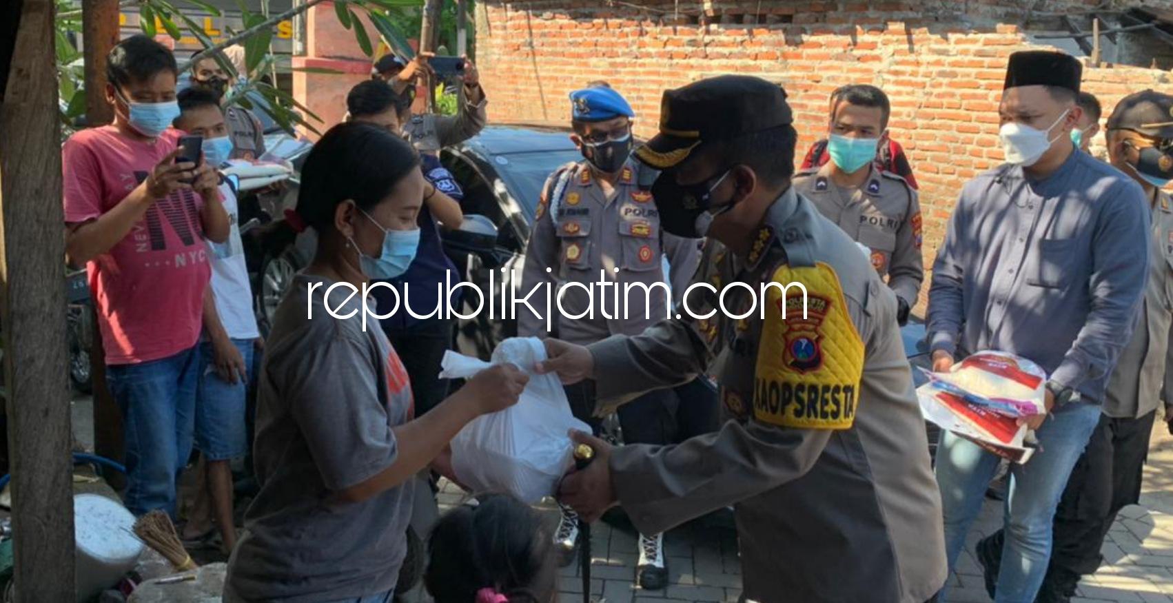 Kapolresta Sidoarjo Turun Bagikan Daging Kurban Door To Door ke Warga Terdampak Pandemi Covid-19