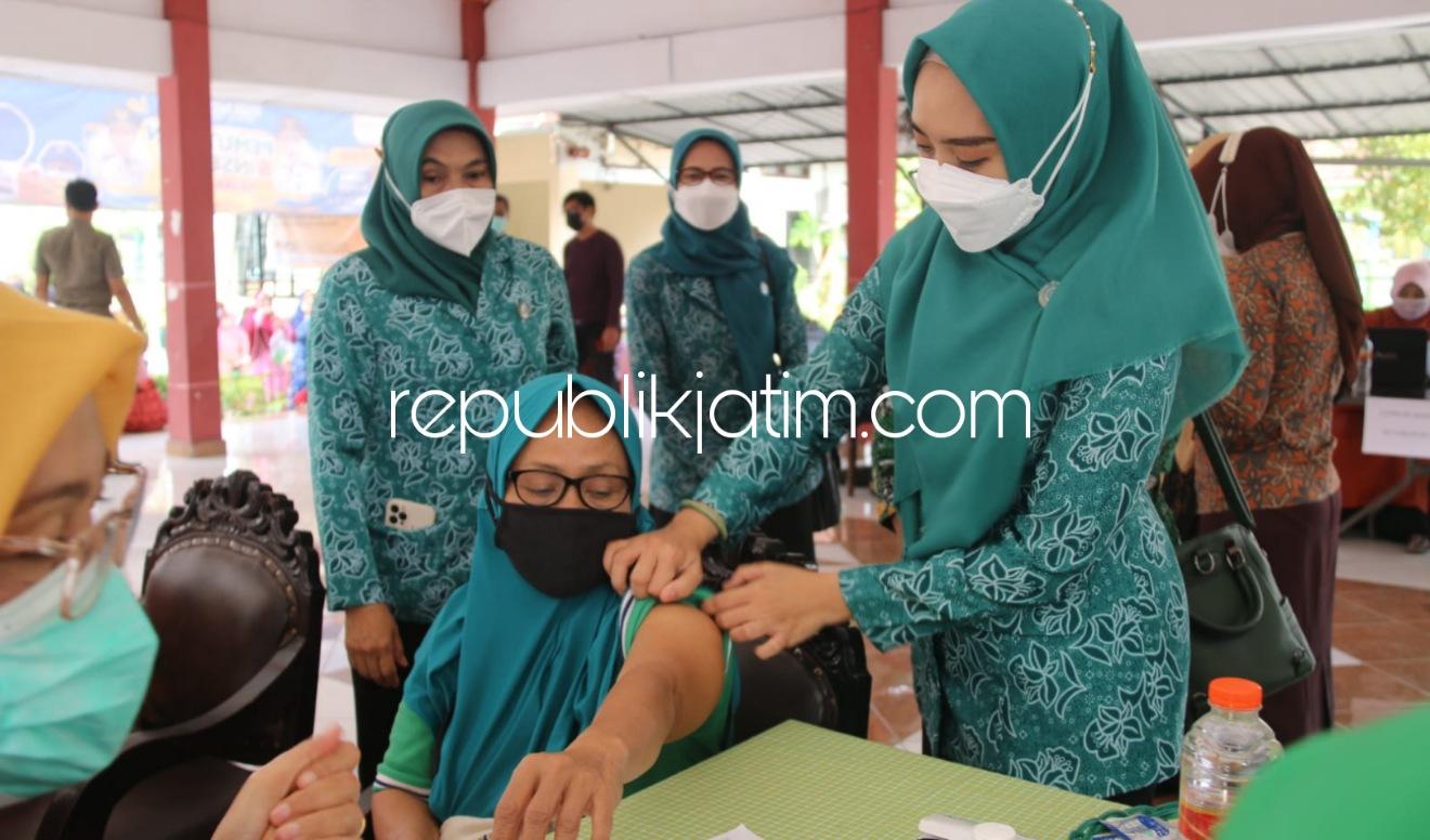 Ning Sasha Semangati 322 Lansia yang Jalani Vaksinasi Dosis Pertama di Wonoayu