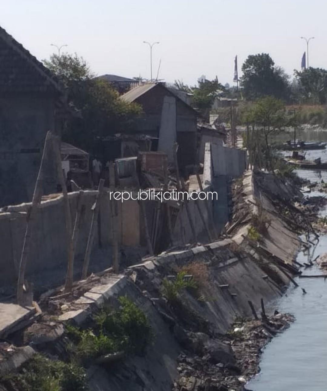 Usia 2 Minggu, Proyek Plengsengan Sungai Segorotambak Bernilai Ratusan Juta Ambrol