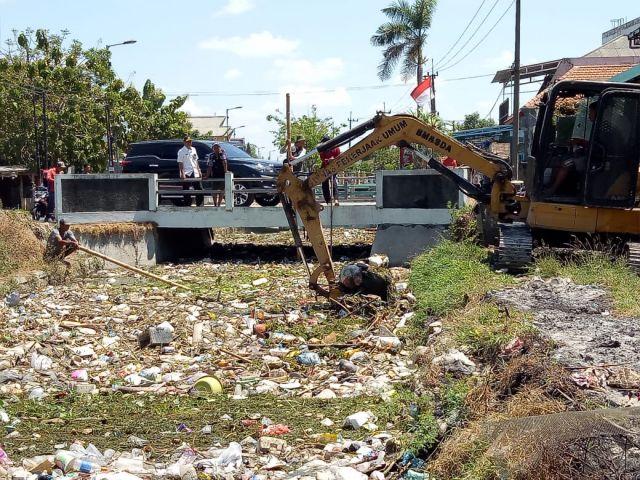 Sampah Sungai Gedangan Menumpuk, Pemkab Turunkan Alat Berat dan 6 Dump Truk