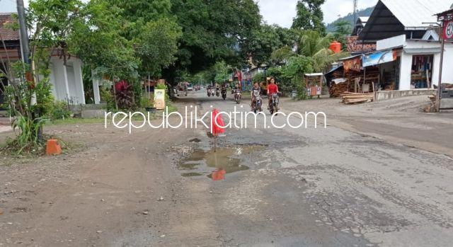 Hindari Pengguna Jalan Celaka,  Warga Tandai Jalan Raya Bungkal - Jetis Dipenuhi Lubang