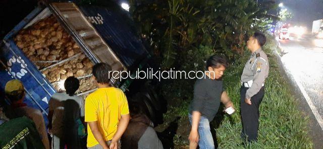 Hindari Jalan Berlubang, Truk Fuso Muat 18 Ton Kelapa Terperosok di JL Raya Surabaya - Mojokerto