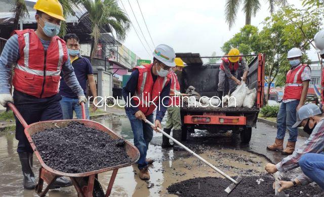 Perbaikan Jalan di Wilayah Buduruan Pakai Aspal Asbuton, Hujan Tidak Jadi Penghalang