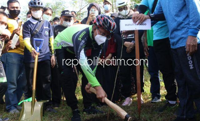 Pacu Gerakan Sosial, Gus Muhdlor Gowes Bersama Ke Jabon Tanam 1.000 Pohon Trembesi