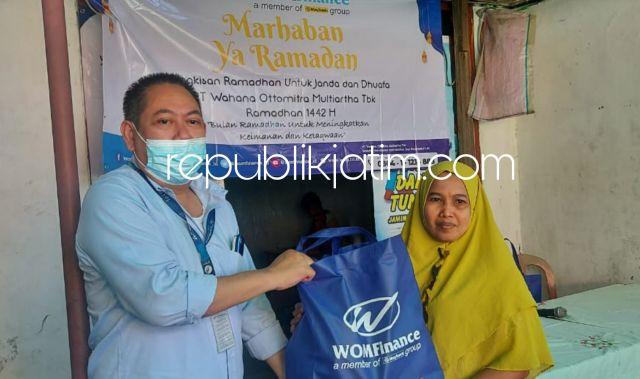 Akhir Ramadhan, WOM Finance Bagikan Bingkisan Ramadhan untuk Janda dan Dhuafa di Sidoarjo