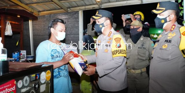 Kapolresta Sidoarjo Pimpin Patroli Skala Besar Sambil Bagikan 950 Paket Bansos