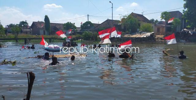 Puluhan Arek Kraton Krian Meriahkan 17 Agustus 2021 dengan Kibarkan Bendera Susuri Sungai 1,5 Kilometer