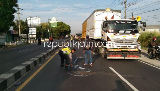 Seruduk Truk Trailer di Jalur Surabaya - Mojokerto, Pengendara Motor Asal Jogosatru Sukodono Tewas di TKP