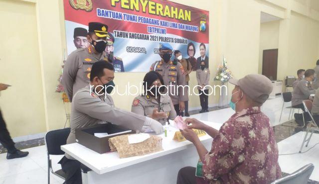 Polresta Sidoarjo Salurkan Bantuan Tunai untuk 3.500 PKL dan Warung Terdampak Covid-19