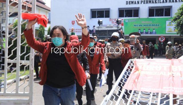 Demo Aliansi Mahasiswa Tolak Omnibus Law di Sidoarjo Ricuh, Pintu Gerbang DPRD Ambruk
