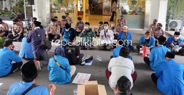 Puluhan Aktivis Mahasiswa Sidoarjo Demo Omnibus Law dengan Sholawatan
