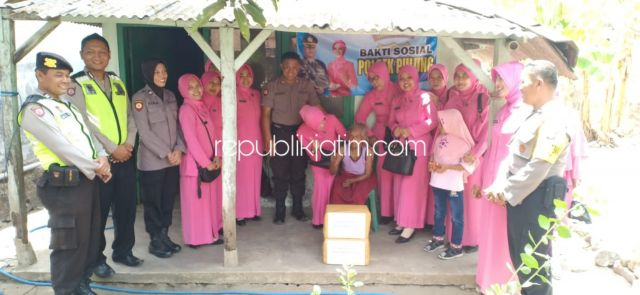 Mbah Situn Janda Tua Dapat Bantuan dari Bhayangkari Pulung