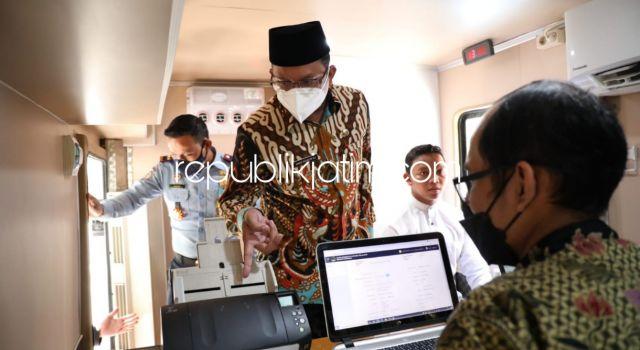 Terobosan di Hari Santri, Gus Muhdlor Luncurkan Mobil Layanan Paspor Keliling Bersama Kanim Surabaya