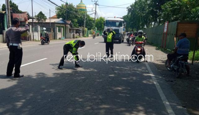 Hendak Mendahului, Pengendara Vixion Tabrak Mobil Box di Jalur Mojokerto-Surabaya